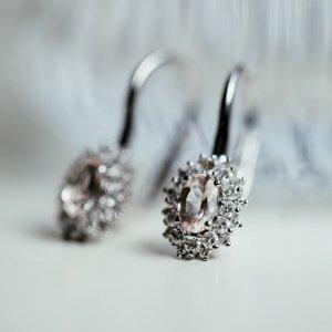Máte raději výraznější nebo drobnější náušnice? Tyto jsou z bílého zlata s kytičkou vykládanou oválným morganitem, který lemují jiskřivé brilianty. ???? #klenotyaurum #klenotyaurumcz #sperkynejsouhrich #earrings #jewelry #briliant #whitegold