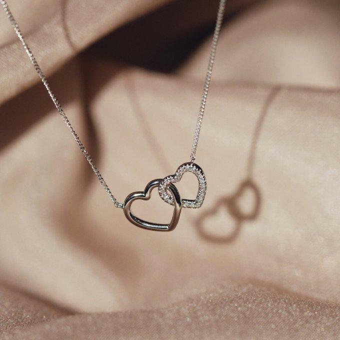 Držme v této nelehké době spolu. 🤍 #klenotyaurum #sperkynejsouhrich #jewelry #necklace #whitegold #diamond #diamondjewelry