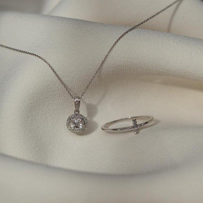 Dámy, kdy naposledy jste byly obdarovány nějakým úchvatným šperkem? 💍💎 Pochlubte se nám. 🤍 #klenotyaurum #sperkynejsouhrich #whitegold #diamond #diamondring #ring #necklace #jewelry