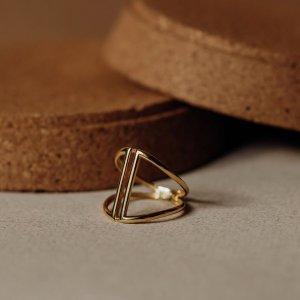 Hledáte výjimečný šperk pro někoho blízkého? 💍 Spojením originálního designu a žlutého zlata vznikl neobyčejný prsten, který osloví i tu nejnáročnější ženu.. 💘 #klenotyaurum #sperkynejsouhrich #ring #gold #yellowgold  ⠀⠀⠀⠀⠀⠀⠀⠀⠀