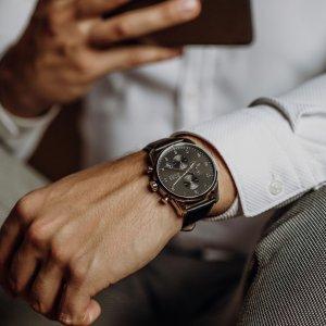 Tyto elegantní hodinky BOSS v černo-stříbrném provedení ocení každý moderní muž. ⌚️ #klenotyaurum #sperkynejsouhrich #watch #bosswatches #watches #menwatch #menaccessories #menfashion #menstyle #menwithstyle