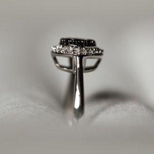 Neodolatelné křivky tohoto briliantového krasavce. 💍 Souhlasíte? 🖤 #klenotyaurum #sperkynejsouhrich #diamondring #diamond #jewelry #whitegold #blackdiamonds