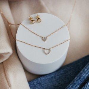 Čím potěšit ženu na blížící se svátek zamilovaných? Posíláme inspiraci. 😊️💗 #klenotyaurum #sperkynejsouhrich #heartjewelry #necklace #earrings #sperky