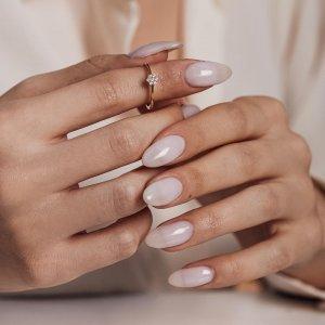 Nádherná kombinace zlatého kroužku a kytičky vykládané zářivými zirkony. 🌼Které z vás by takový prstýnek udělal radost? 😌💍🤍 #klenotyaurum #sperkynejsouhrich #ring #goldring #shinebright #jewelry
