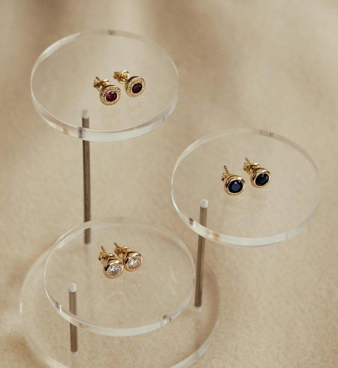 Které z náušnic byste si vybrala?❤️💙🤍S červeným, modrým nebo bílým kamenem? 💎 #klenotyaurum #sperkynejsouhrich #earrings #gold #yellowgold #jewelry