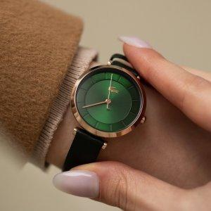 Dámy, co říkáte na tyto elegantní a zároveň stylové hodinky značky Lacoste? 🐊  Jejich uhrančivý zelený ciferník ve zlatém pouzdru rozhodně zaujme vaše okolí. ⌚️💚 #klenotyaurum #sperkynejsouhrich #watch #womenwatch #lacoste #lacostewatch