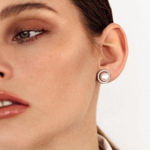 Bílé perly symbolizují nevinnost, půvab a čistotu... 🤍 Ozdobte své uši těmito výraznými, a přesto něžnými náušnicemi. 💎 #klenotyaurum #sperkynejsouhrich #earrings #jewelry #perla #perly #pearl #nausnice