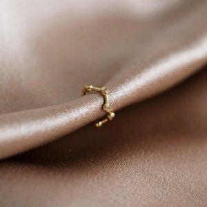 Záušnice dokonale doplní vaše náušnice, ale nosit jí můžete i zvlášť. 🤍 Už máte tu svou? #klenotyaurum #sperkynejsouhrich #zausnice #jewelry #accessories #detail