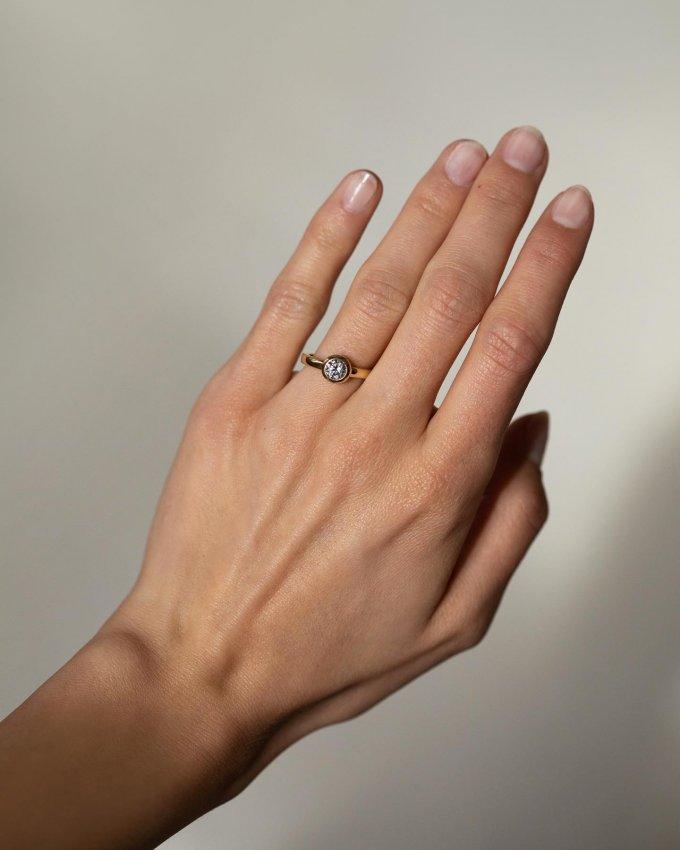 Udělejte radost sobě, či někomu blízkému s tímto krásným dámským prstenem. 💍🎁 Zlatému kroužku vévodí zářivý zirkon, který svým třpytem podtrhne každé gesto vaší ruky. 💖 #klenotyaurum #sperkynejsouhrich #ring #shine #goldring #yellowgold #jewelry #prsten #zlato #zlutezlato #sperk #gift #present