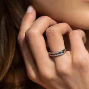 Den matek se blíží. 💖 Nezapomeňte na svou maminku a ukažte jí, co pro vás znamená. Darujte šperk, který bude symbolem vašeho pouta. 🤍🤗💍 #denmatek #klenotyaurum #sperkynejsouhrich #ring #whitegold #present #jewelry #prsten