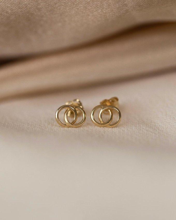Čím se se vyznačuje kolekce Petite? 😌Jednoznačně svou drobností a minimalistickým provedením. ✨#klenotyaurum #sperkynejsouhrich #kolekcePetite #petite #jewelry #minimal #gold #yellowgold #sperky #nausnice #earrings