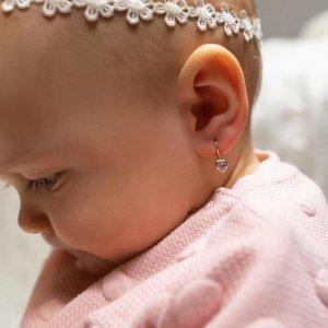 Dětské náušnice jsou velmi často prvním dárkem, který malá slečna dostane pro šťastnou cestu životem. 💖 Proto by měly být výjimečné. 🤍💎 #klenotyaurum #sperkynejsouhrich #detskenausnice #heart #love #earrings #baby #babyearrings