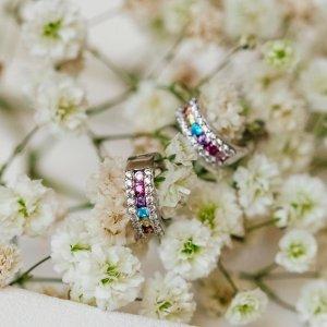 Vneste do svých dní trochu barev s těmito blyštivými náušnicemi, které rozzáří každý váš look. 💎💜 #klenotyaurum #sperkynejsouhrich #earrings #colors #colorful #jewelry #shinebright #present #gift #whitegold #bilezlato