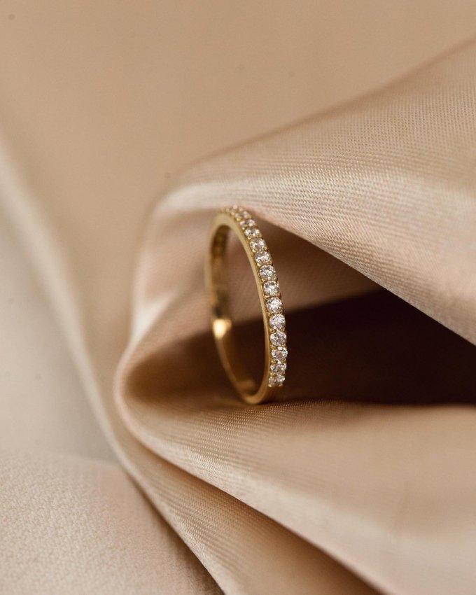 Jemný a elegantní, takový je tento dámský prsten, který se bude na vaší ruce vyjímat. ✨💍 #klenotyaurum #sperkynejsouhrich #ring #yellowgold #shinebright #jewelry #present #gift #accessories #gold