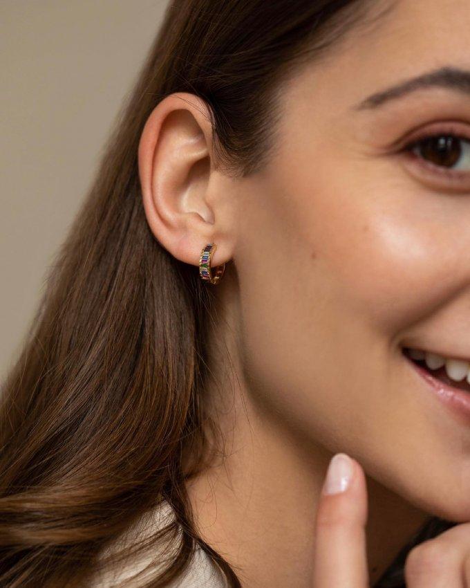 Ozdobte vaše uši zlatými kroužky s různobarevnými kameny, které se oslnivě zatřpytí při každém vašem kroku! 💎💖 #klenotyaurum #sperkynejsouhrich #earrings #yellowgold #gold #nausnice #sperk #jewelry