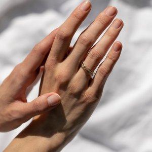 Vystupte z řady s tímto neobyčejným prstenem! 💍 Spojením neotřelého designu, zlatého provedení a jiskřivých briliantů vznikl výjimečný šperk. 🧡✨ #klenotyaurum #sperkynejsouhrich #ring #prsten #gold #diamond #zlato #zlutezlato #briliant #jewelry