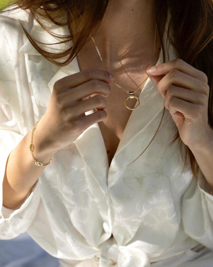 Darujte šperk, který oslní svou jedinečností... 🤍🎁 #klenotyaurum #sperkynejsouhrich #darek #sperk #nahrdelnik #tommyhilfiger #necklace #bracelet #yellowgold