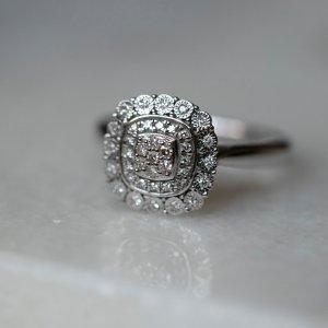 Každá žena občas zatouží po opravdu výjimečném šperku, jako je tento dechberoucí dámský prsten. 💍Spojením bílého zlata a jiskřivých briliantů vznikl doplněk, se kterým opravdu zazáříte. 💎 #klenotyaurum #sperkynejsouhrich #prsten #ring #diamond #whitegold #sperk