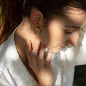 Ženy a šperky k sobě patří stejně jako léto a slunce. ☀️ Souhlasíte? 🧡 #klenotyaurum #sperkynejsouhrich #summer #sun #gold #tommyhilfiger #earrings #yellowgold #jewelry #accessories