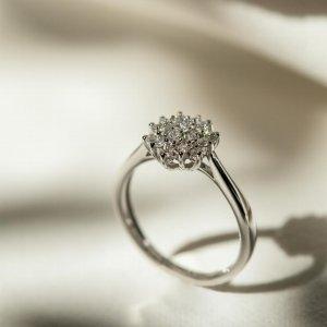 Dámy, která z vás by ráda navlékla tento briliantový prsten? 💍🤍😍 #klenotyaurum #klenotyslaskouuz65let #prsten #diamond #briliant #briliantovesperky #present #gift #ring #diamondring