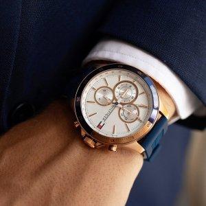 Tyto pánské hodinky TOMMY HILFIGER jsou důkazem, že sportovní elegance existuje... 💙 Snoubení modro-zlatého provedení a silikonového pásku skvěle dopní nejen váš business outfit. #klenotyaurum #klenotyslaskouuz65let #hodinky #tommyhilfiger #tommyhilfigerwatches #menwatch #menstyle #accessories