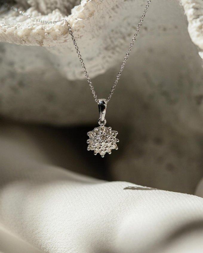 Kdy naposledy jste dostali šperk jako dárek? 💍🎁 Potěšil vás? 🤍 #klenotyaurum #sperkynejsouhrich #klenotyslaskouuz65let #sperk #nahrdelnik #briliant #diamond #necklace #jewelry #giftideas