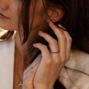 Máte rádi odlišnost a decentní styl? 💎Tenký kroužek z bílého zlata s černými brilianty bude to pravé. 🖤💍 #klenotyaurum #sperkynejsouhrich #klenotyslaskouuz65let #prsten #ring #diamond #blackdiamond #minimalism