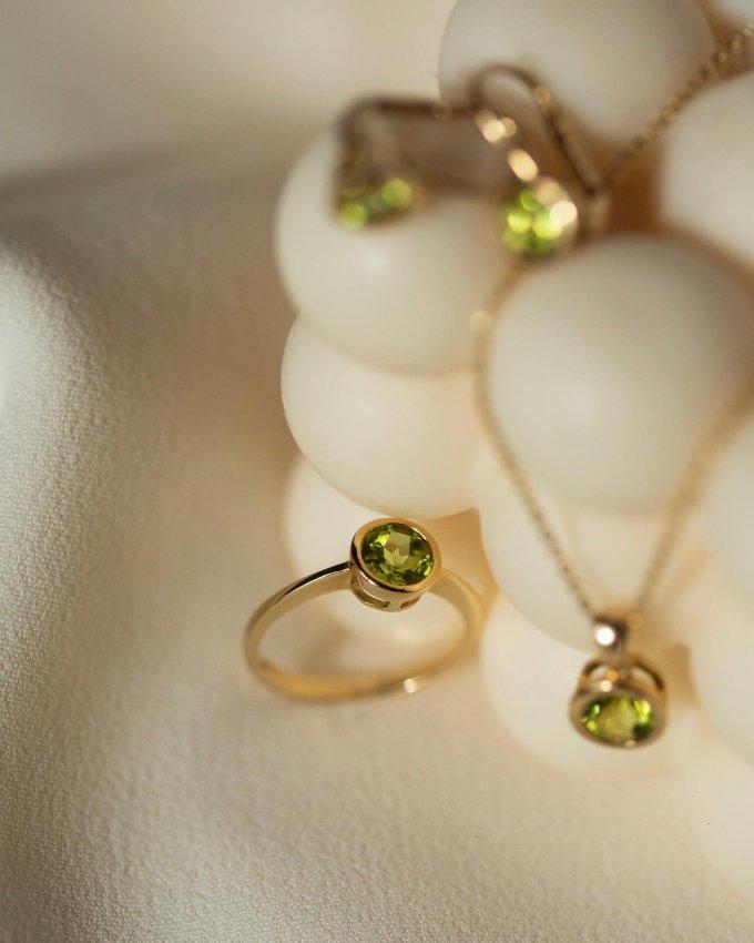 Zelená barva se letos stala velmi oblíbenou.💚 Podlehněte podmanivému kouzlu barevných drahokamů. 💍💘 #klenotyaurum #klenotyslaskouuz65let #sperkynejsouhrich #prsten #sperk #nausnice #nahrdelnik #ring #jewelry #peridot